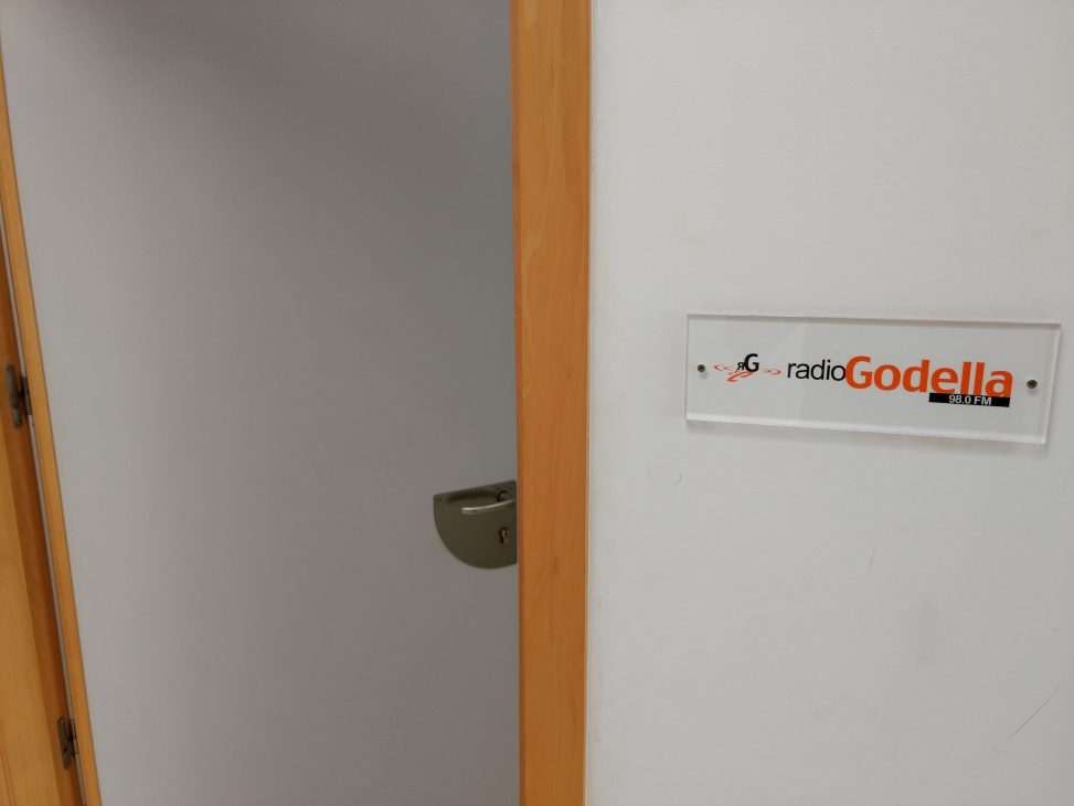Imatge promocional de La Represa, la porta dels studios de Ràdio Godella.